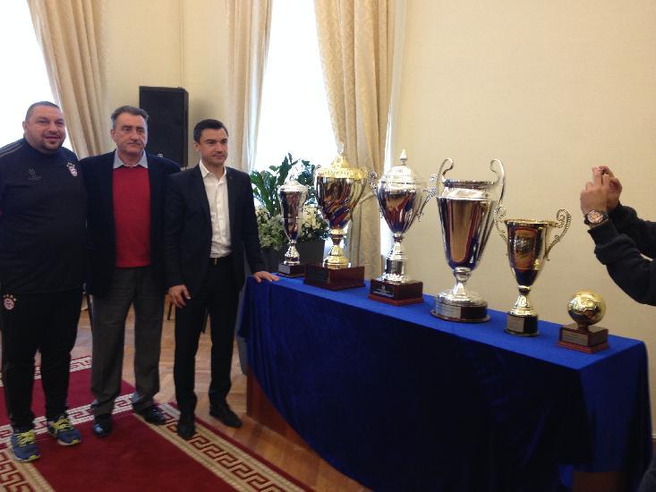 IASI: Cele 6 trofee cucerite de Romania la EURO, pezentate la Primaria Iasi
